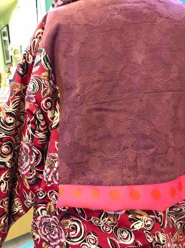 מעיל מדגם אליס עם הדפס של פרחים על רקע בורדו