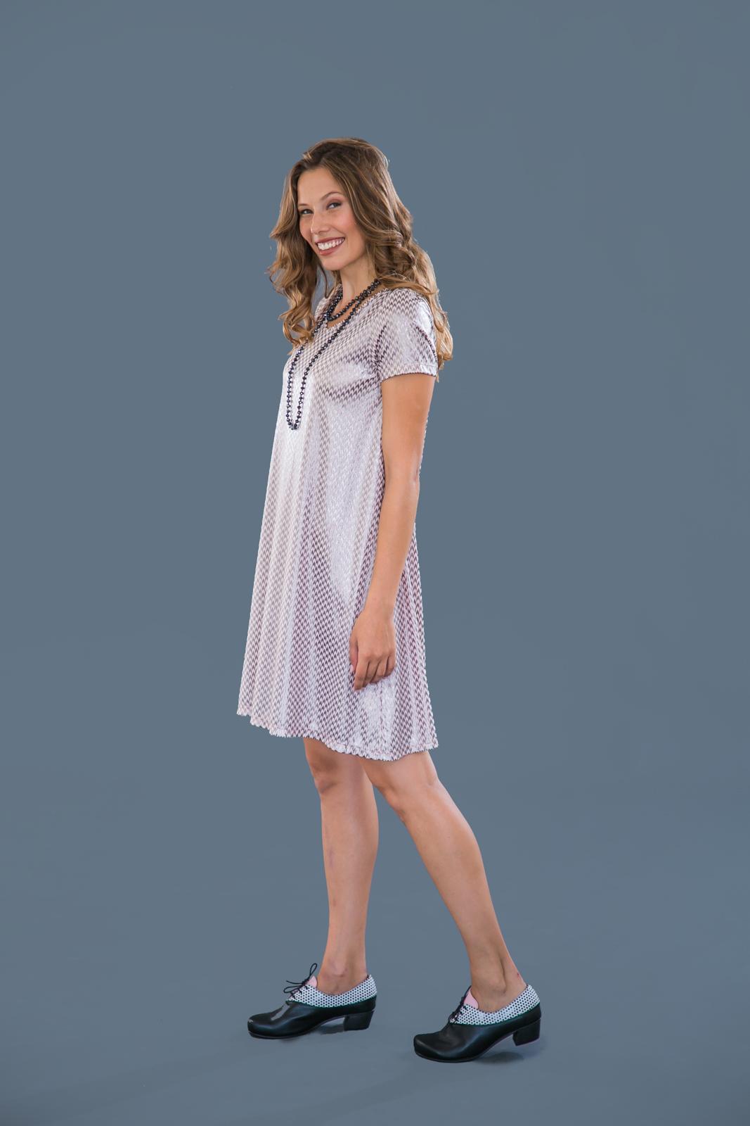 שמלת מונקו ורודה עם הדפס שרוול קצר