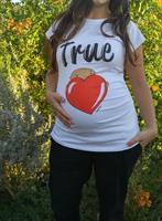 חולצת הריון  True Love חולצת לבנה עם תינוק מציץ מלב