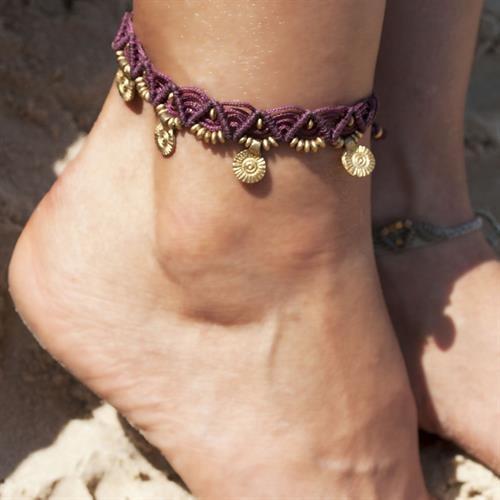 צמיד רגל מקרמה סגול עם חרוזי בראס ותליוני סנשיין