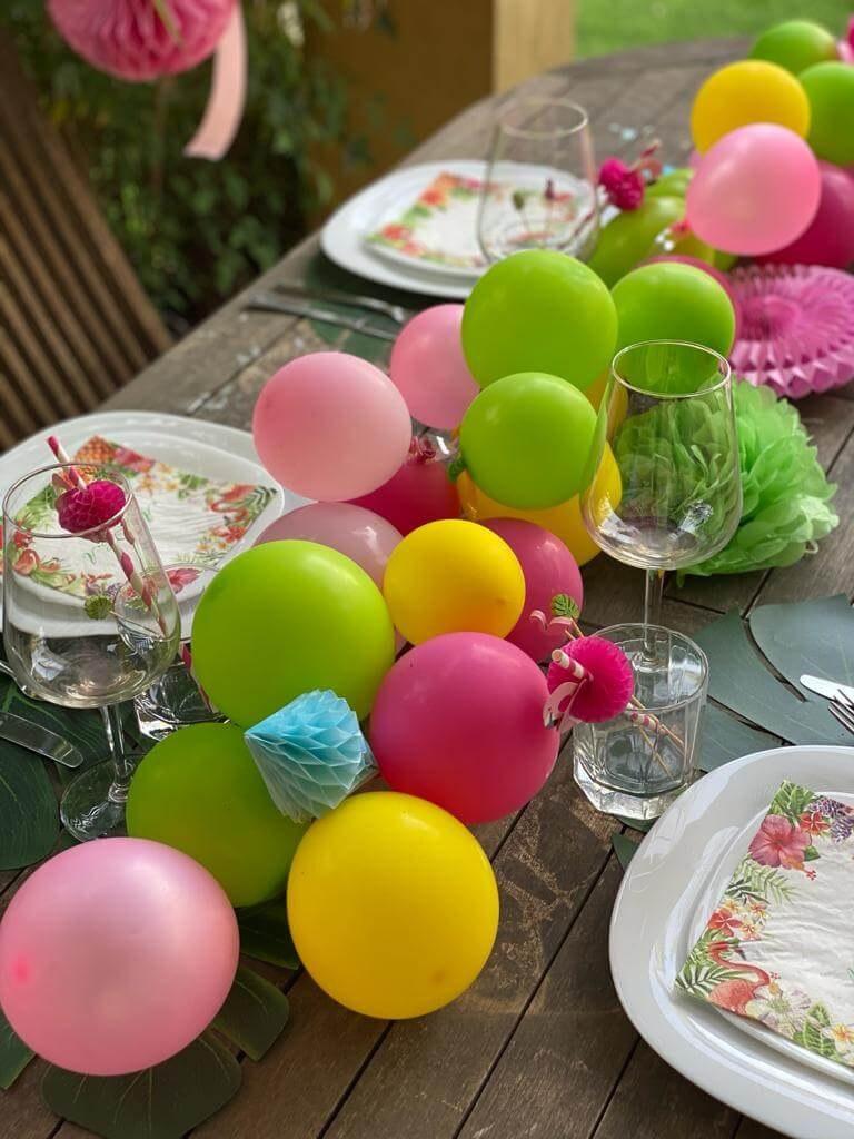 עיצוב שולחן טרופי. חגיגה טרופיקל. בלונים טרופי.  קישוטים ואביזרים עלים ירוקים פלמינגו אננס. חגיגה טרופית