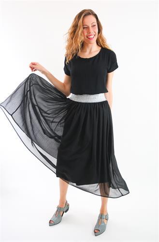חצאית שיפון שחורה.