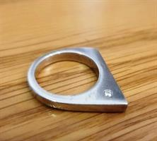 טבעת שפיץ מכסף עם זרקון לבן