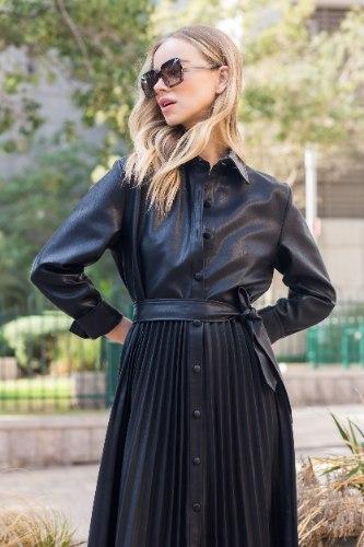 שמלת פליסה דמוי עור שחור