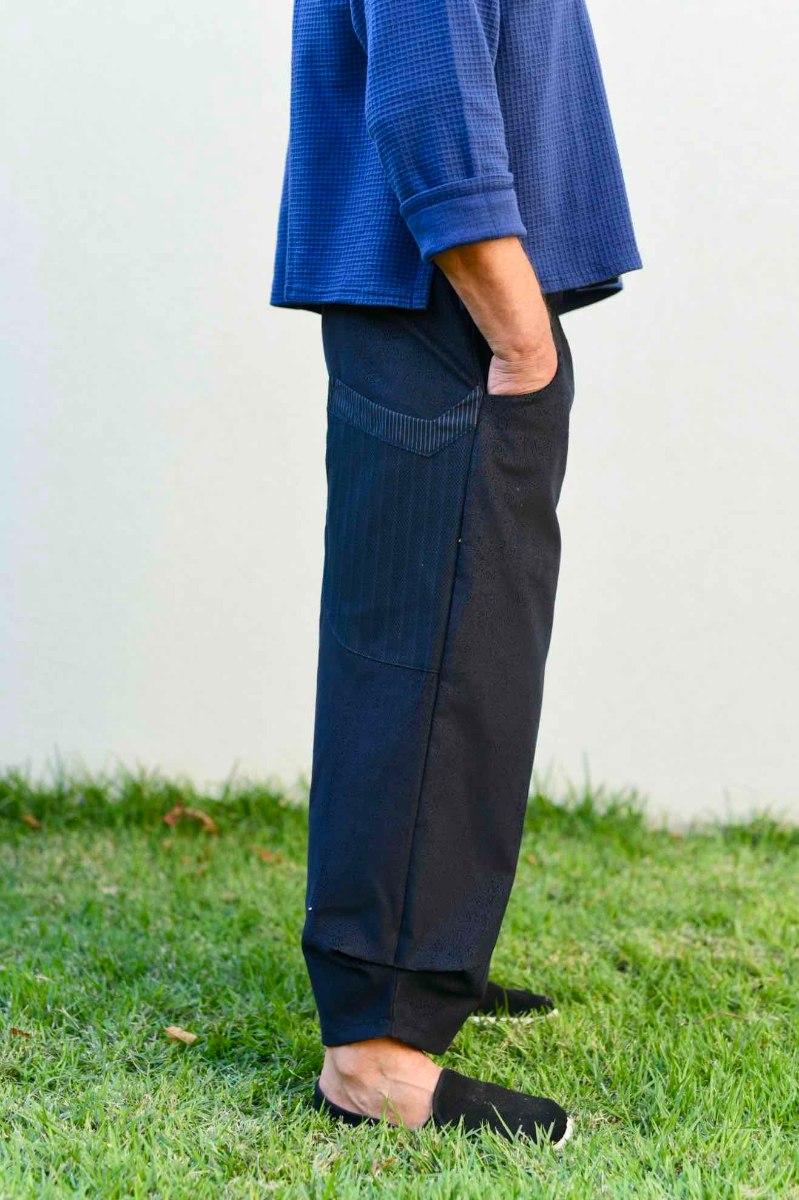 מכנסיים מדגם ג׳וזף מבד קורדרוי בצבע שחור עם דוגמה שרואים רק מקרוב