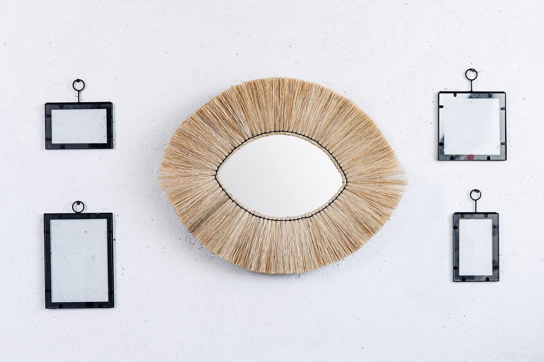 קיר מעוצב בשילוב מסגרות ומראה טבעית