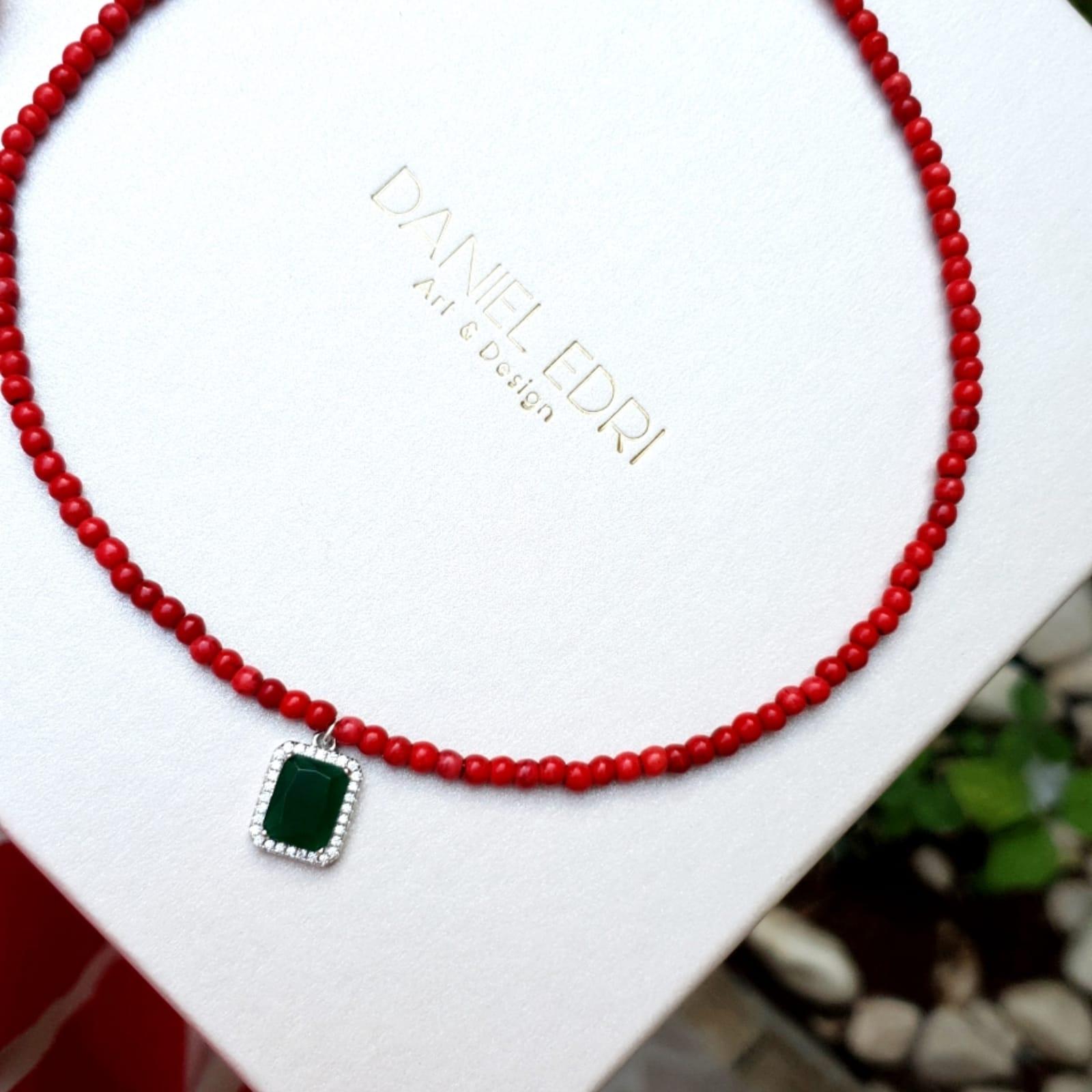 שרשרת אדומה תליון מלבן ירוק