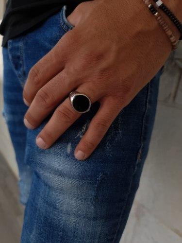 טבעת כסף לגבר עיגול שחור עם פסים בצד