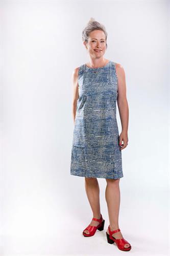 שמלת כותנה באורך ברך עם עיבודים במחשוף כחול אינדיגו