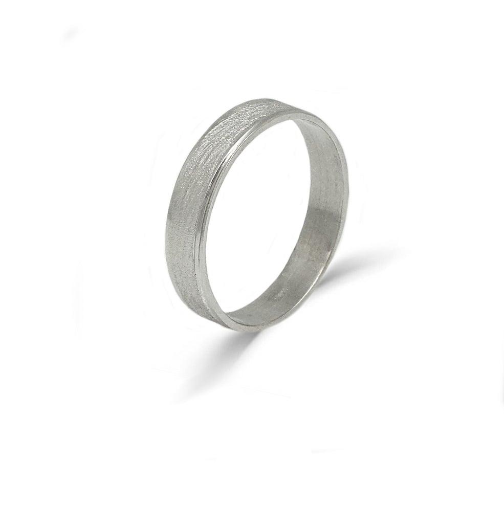 טבעת נישואין לגבר מחוספסת 4.5 ממ רוחב