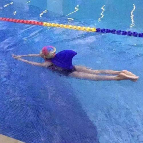 מצוף לילד בצורת סנפיר כריש, עוזר בשלבים הראשונים של השחייה