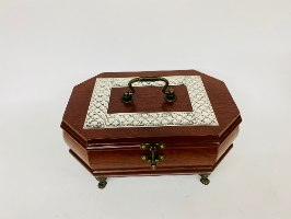 קופסת תכשיטים מהודרת עץ מהגוני מעוטרת בפסי כסף