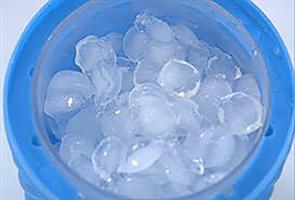 מתקן לקרח בעיצוב חדשני להכנת קוביות קרח ושמירת בקבוקים קרים