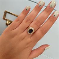 טבעת זהב עם זרקונים מרשימה ומלאת נוכחות