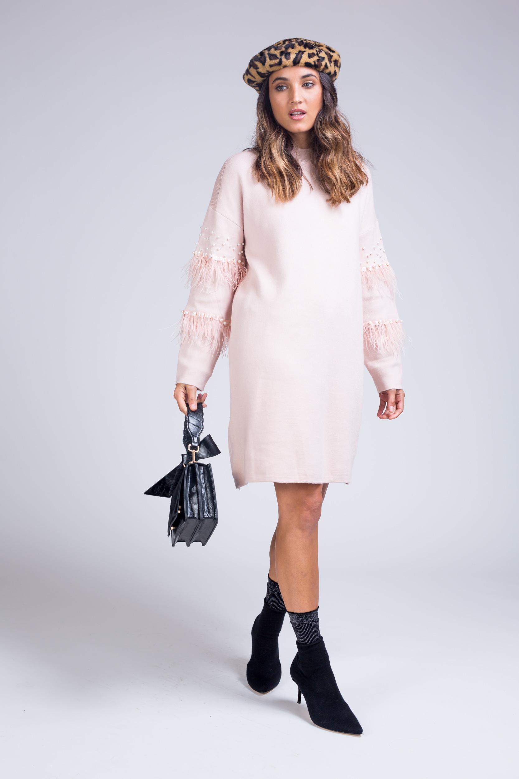 שמלת סריג בשילוב פנינים בשרוולי הידיים