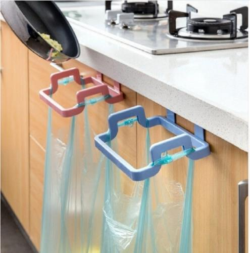 מתקן לשקיות זבל ליד הכיור