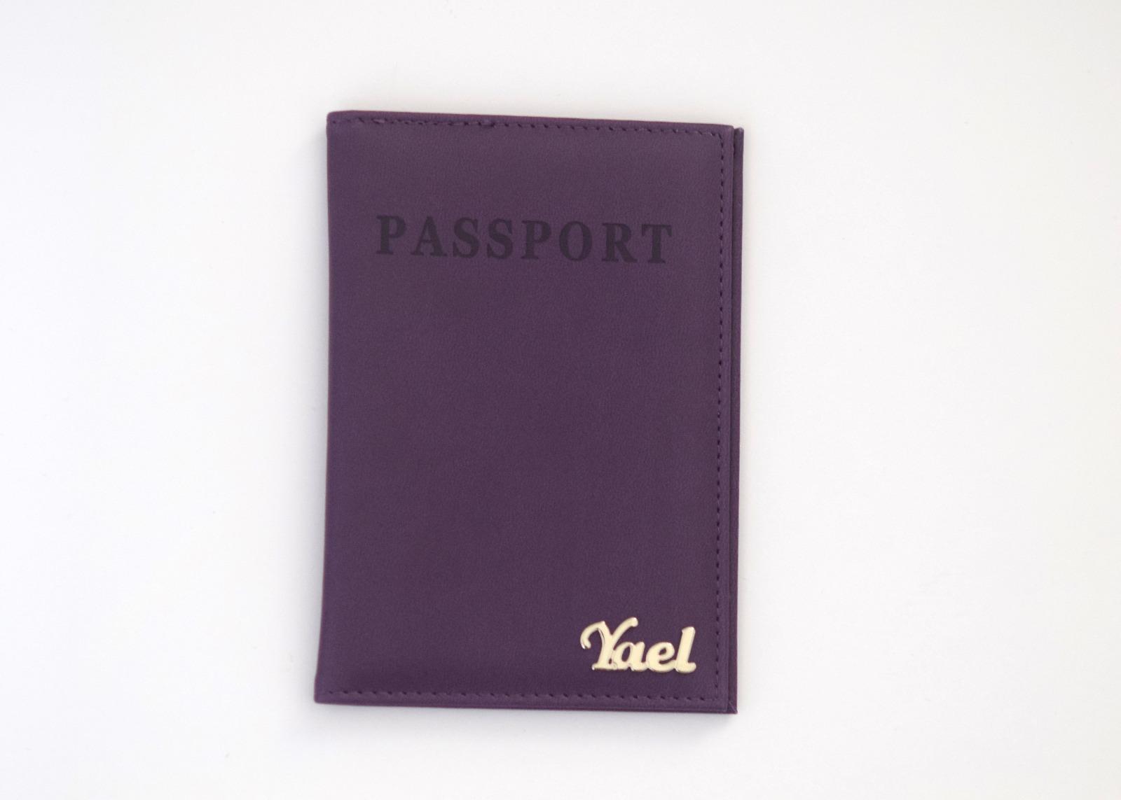 כיסוי לדרכון דמוי עור סגול עם שם