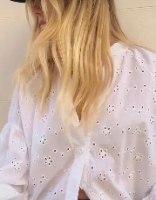 חולצה לבנה רומנטית