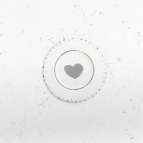 צלחת מתכת עגולה - לב (לבן)