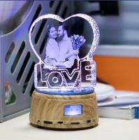 מנורת לילה עם נגן MP4 ותמונה אישית מקריסטל מחליפה אורות ומסתובבת!