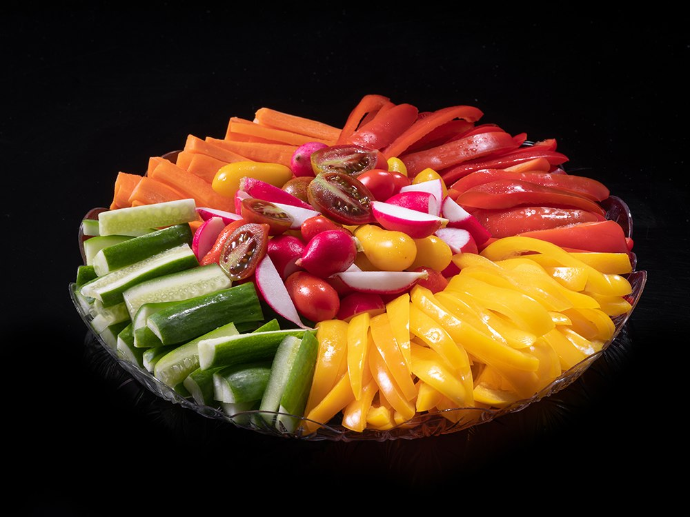 פלטת ירקות חתוכים בתוספת מטבלים