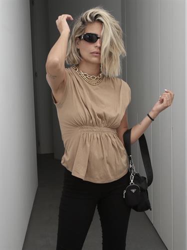 חולצת איימי כיווצים קאמל