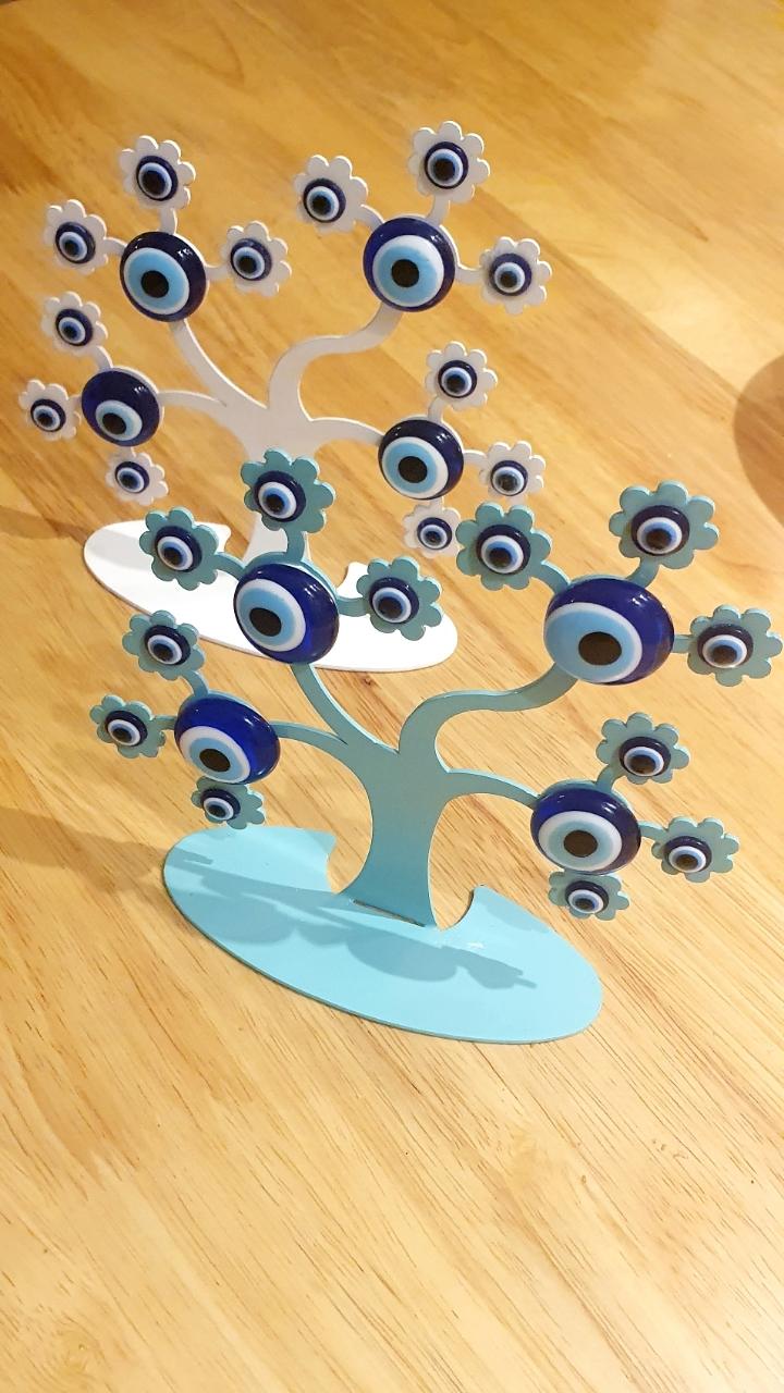 עץ שולחני מתכת עם עיניים