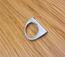 טבעת שפיץ מכסף עם זירקון שחור בפרונט