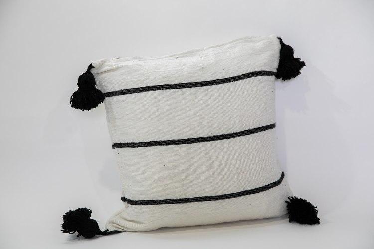 כרית פונפונים שחור לבן L