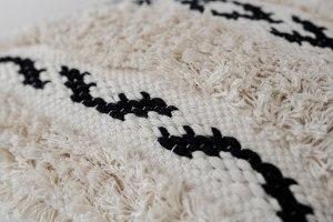 כרית שאגי מרובעת - רקע לבן עם עיטור שחור