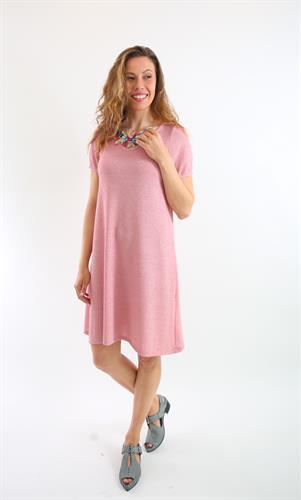 שמלת ונציה ורודה עם שרוול קצר.