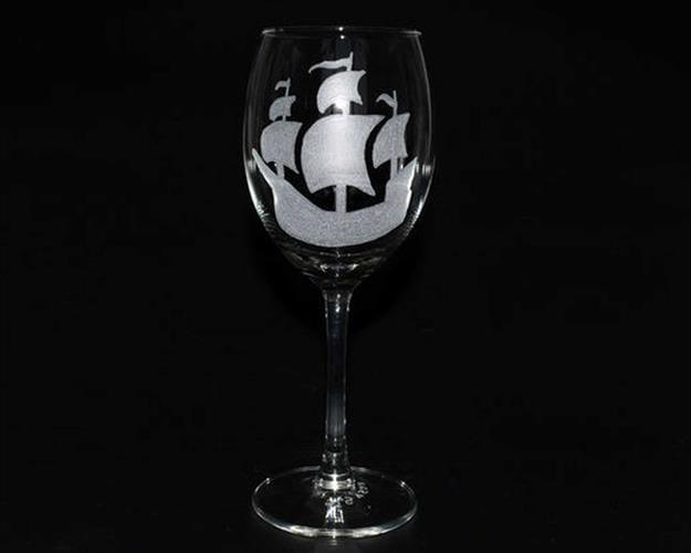 אנייה חרוטה על כוס יין