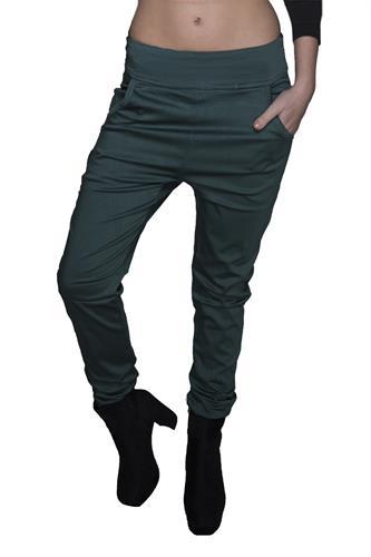 מכנס צמוד ללא רוכסן וללא כפתור בצבע ירוק בקבוק