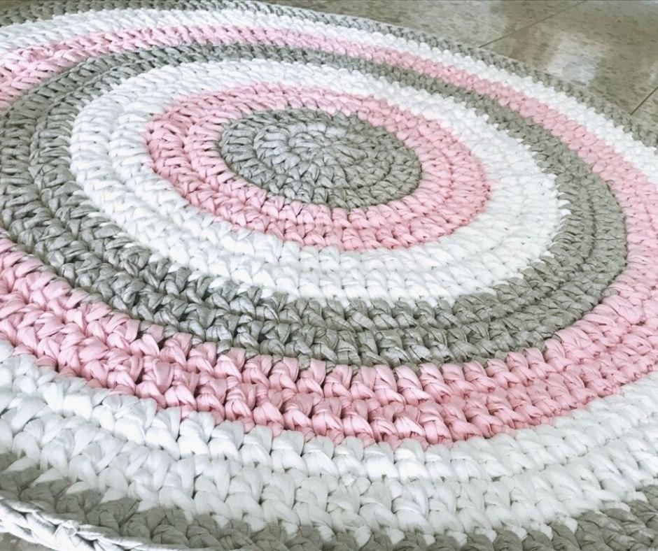 שטיח סרוג,שטיח עגול סרוג בחוטי טריקו, שטיח בוורוד עתיק לחדר של ילדה, שטיח בשילוב ורוד ולבן לחדר של תינוקת, שטיח סרוג לעיצוב חדרי ילדים, שטיחים, שטיח לחדר הילדים, שטיח לחדר של ילדה, שטיחים סרוגים, שטיחים מטריקו, שטיח סרוג ורוד עתיק, שטיח עגול,