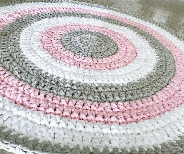 שטיח סרוג במראה ורוד ורך  בצבעים מעושנים ורכים  לעיצוב החדר