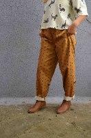 מכנסיים מדגם נור בצבע חרדל עם מעוינים בצבעים של כחול כהה ולבן