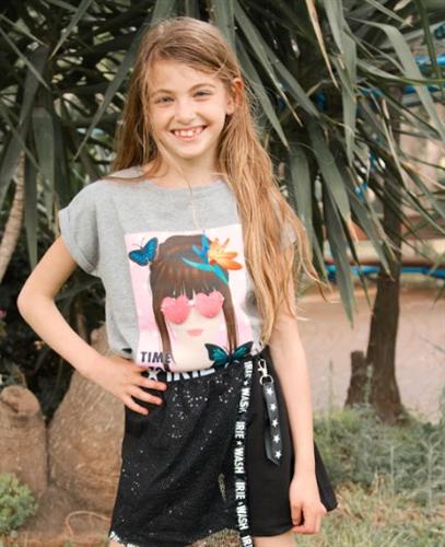 חולצת בנות ילדה עם משקפיים