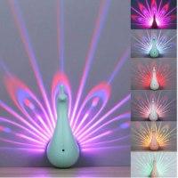 מנורת לילה -המקרינה  אורות טווס צבעוניים
