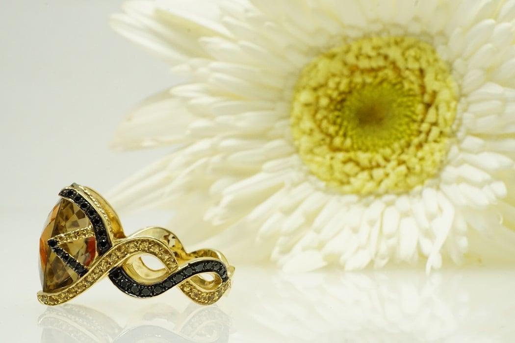"""טבעת קוורץ """"ורוניקה"""" משובצת יהלומים שחורים וחומים 18 קראט"""