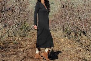 שמלה ארוכה עם צווארון מוגבה ופתח בקידמימבד ריב קופרו שחור