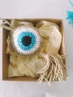 מתלה עין כחולה סרוג, מתלה עין כחולה סרוגה, מארז מתנה מהודר עין כחולה סרוגה, עין כחולה סרוגה בשילוב צבע פשתן באריזה מהודרת