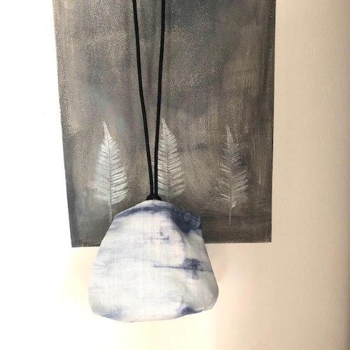 תיק צד יפני בצבע תכלת ולבן בטכניקת שיבורי מבד