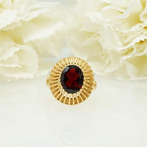 טבעת זהב עם אבן גרנט אובלית בעיצוב וינטאג'