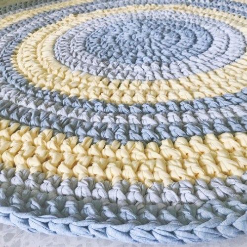 שטיח סרוג בחוטי טריקו בגווני צהוב עדין ואפורים דגם איילת