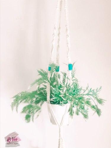 מתלה מקרמה לעציץ בשילוב חרוזי עץ בצבע תורכיז