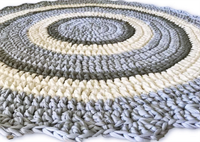 שטיחים סרוגים לחדרי הילדים, שטיח עגול בגוונים של תכלת ואפור, שטיח לחדר של בן, שטיח סרוג בטריקו, שטיח עגול סרוג בצבעים אפור, תכלת אופוויט, שטיח סרוג רך ואיכותי