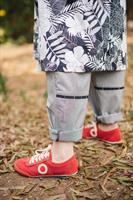 מכנסיים מדגם נור עם פסים דקיקים בצבע שחור ולבן