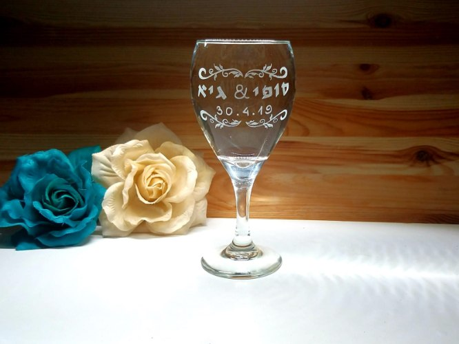 כוס קידוש לחופה | כוס יין מעוצבת |עיטורי עלים ותאריך לועזי