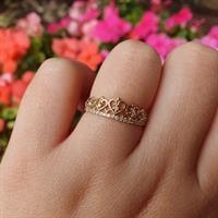 טבעת כתר עדינה משובצת יהלומים בזהב לאשה