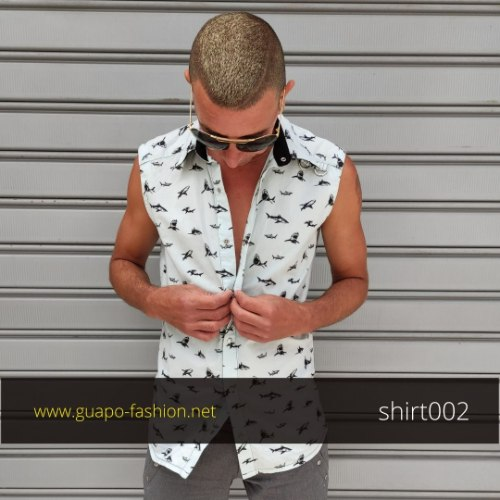 חולצה מכופתרת מכותנה לגבר - עם הדפסי כרישים